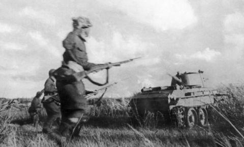 «Пример братьям по оружию»: как советский лётчик Ююкин совершил первый в истории авиации таран наземной цели