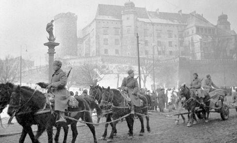 «Отдали жизнь 600 тысяч солдат и офицеров»: что говорится в рассекреченном рапорте маршала Жукова об освобождении Польши