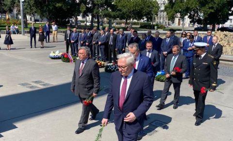 Представители дипломатических миссий стран СНГ возложили цветы к памятнику Советским воинам в центре Вены