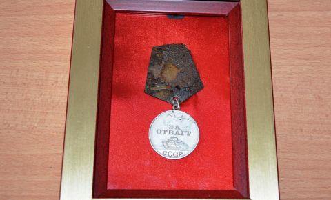 Найденную в ходе поисковых работ медаль «За отвагу» вернули в семью героя