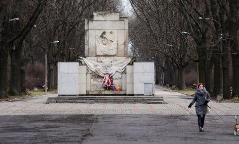 История с пробелами: в Польше объявили войну монументам в честь героев ВОВ