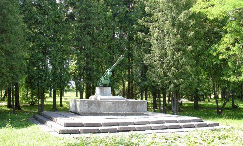 В Екабпилсе варварски разрушили советский воинский мемориал