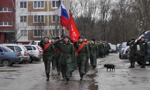 Курсанты Военной академии прошли прошли парадным строем перед ветераном принимавшим участие в битве за Ленинград