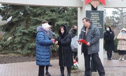 Поисковики передали медаль «За отвагу» и наградные документы внучке ефрейтора Семёна Нешты