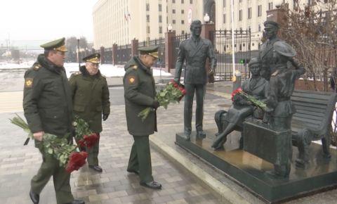Сергей Шойгу возложил цветы к скульптурной композиции «Офицеры» в Москве