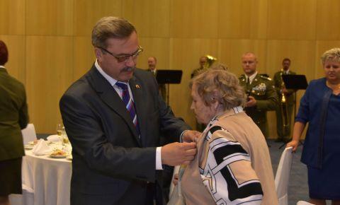 Чешских ветеранов наградили юбилейными медалями «75 лет Победы в Великой Отечественной войне 1941-1945 гг»