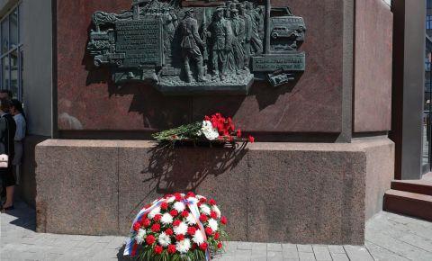 У мемориального панно на здании НКИД СССР прошла церемония возложения цветов