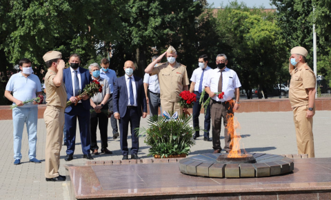 В Ташкенте прошла церемония возложения цветов к Вечному огню на мемориале «Братские могилы»