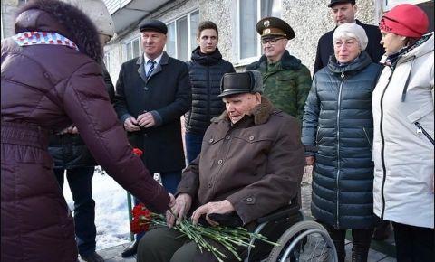Растрогали и подарили гвоздики: уральские военные провели мини-парад под окнами фронтовика