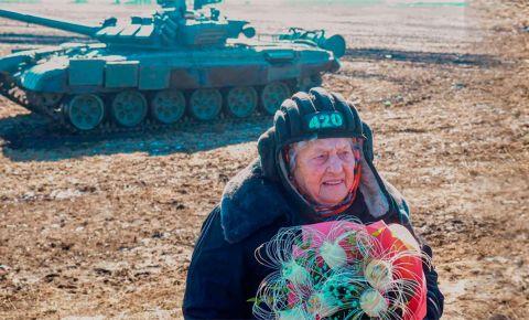 В Белгородской области 99-летняя ветеран Великой Отечественной войны освоила вождение танка «Т-72Б3»
