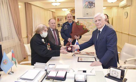 Посол России в Азербайджане вручил Председателю Совета ветеранов войны памятную медаль