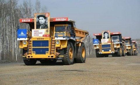 Горняки Кузбасса провели акцию к Дню Победы на самосвалах с портретами фронтовиков