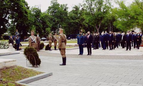 В Будапеште на площади Сабадшаг возложили венки к памятнику советским воинам-освободителям