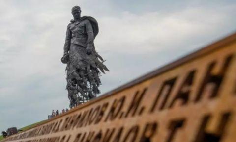 Концерт-митинг к 80-летию начала оккупации Ржева прошел у мемориала Советскому солдату