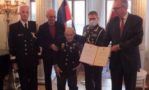 Ветерану была вручена медаль за участие в освобождение Восточного Финнмарка от немецких оккупантов