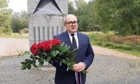 Российские дипломаты возложили цветы к мемориалам на месте бывшего гитлеровского концлагеря