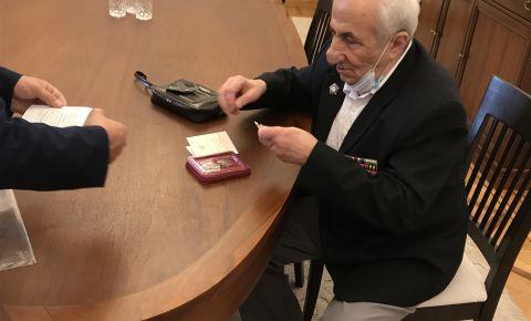 В Грузии фронтовику А.Гулиашвили вручили юбилейную медаль