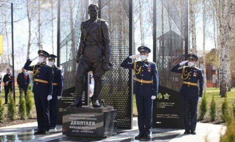 Памятник Герою Советского Союза Михаилу Девятаеву открыт в поселке Торбеево