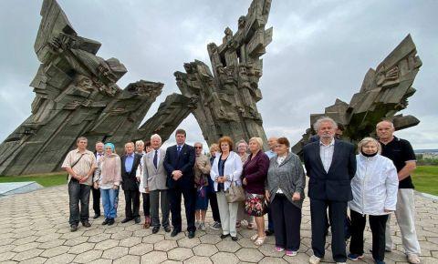 Возложение венков на главном воинском кладбище города Каунаса