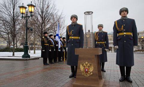 Церемония переноса частицы Вечного огня с Могилы Неизвестного Солдата в Александровском саду в столицу Сербии – Белград