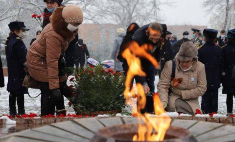 Посол РФ в Узбекистане возложил цветы к Вечному огню на мемориале «Братские могилы»