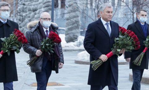 В День памяти жертв Холокоста российские депутаты возложили цветы к памятнику Героям сопротивления в концлагерях и гетто