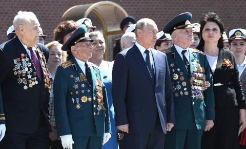 Президент возложил цветы к обелискам городов-героев и памятному знаку в честь городов, удостоенных почётного звания «Город воинской славы»