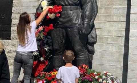 В Таллине возложили венки и цветы к памятнику Воину-освободителю на военном кладбище