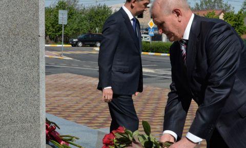 Ко Дню Победы в Бишкеке открыли памятник и парк Герою Советского Союза Чолпонбаю Тулебердиеву