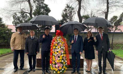 В Харбине возложили венки и живые цветы к памятникам и захоронениям советских воинов