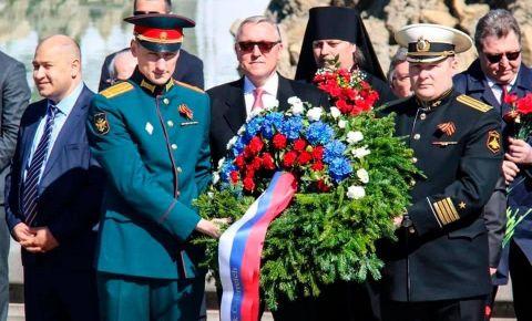 Руководители российских дипломатических представительств в Вене возложили венки к памятнику советским солдатам