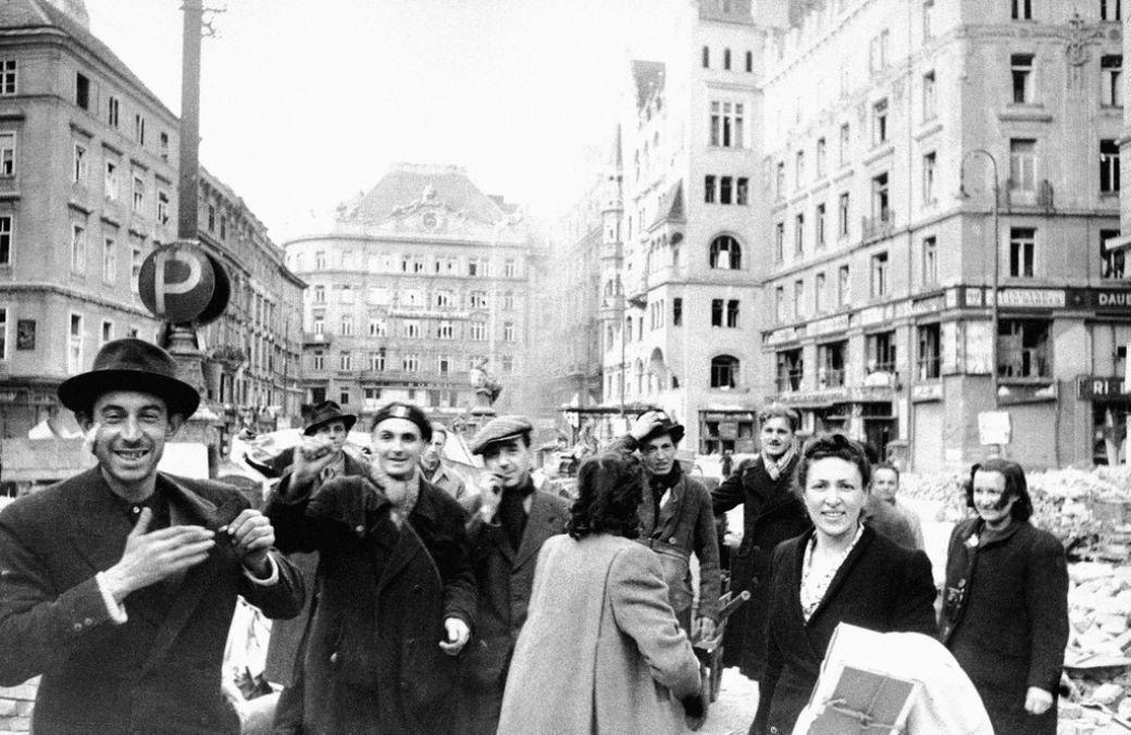 Французские и итальянские рабочие празднуют освобождение от фашистского режима на одной из площадей Вены