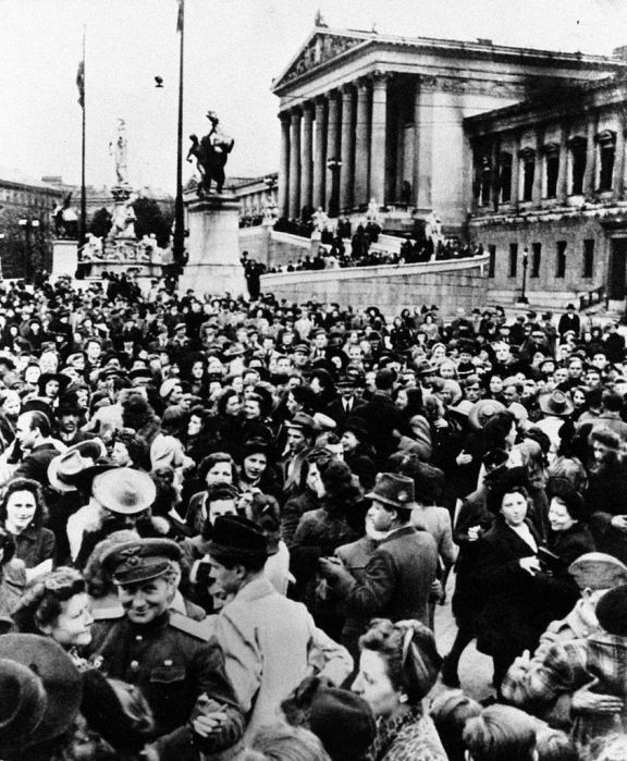 Жители австрийской столицы Вены танцуют вальс перед зданием парламента