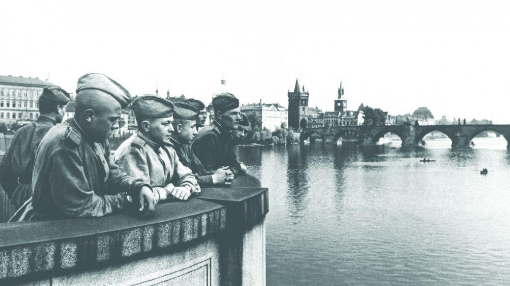 Советские воины в освобожденной Праге, 26 июня 1945 года
