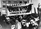 Жители Софии встречают советскую армию
