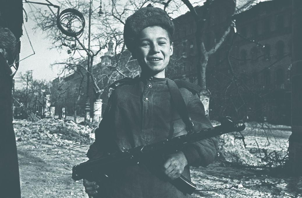 Сын полка на улице освобожденного Будапешта