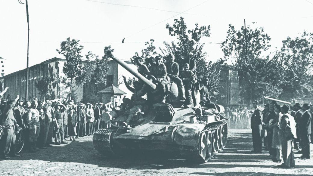 Жители Бухареста встречают советских танкистов, 31 августа 1944 года