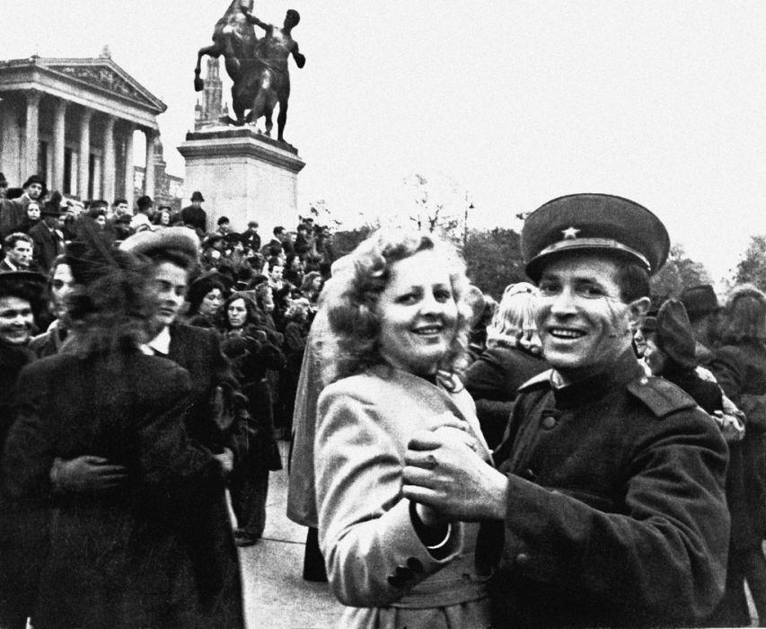 Советский офицер танцует с австрийской девушкой на улице Карл-Реннер-Ринг в Вене