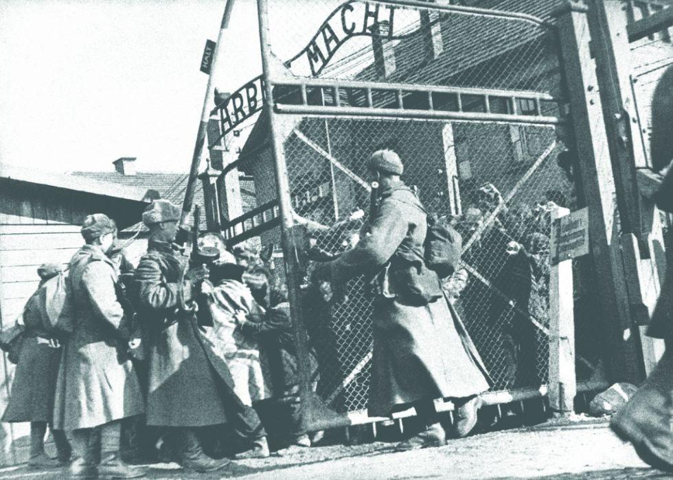 Советские солдаты открывают ворота концлагеря Освенцим