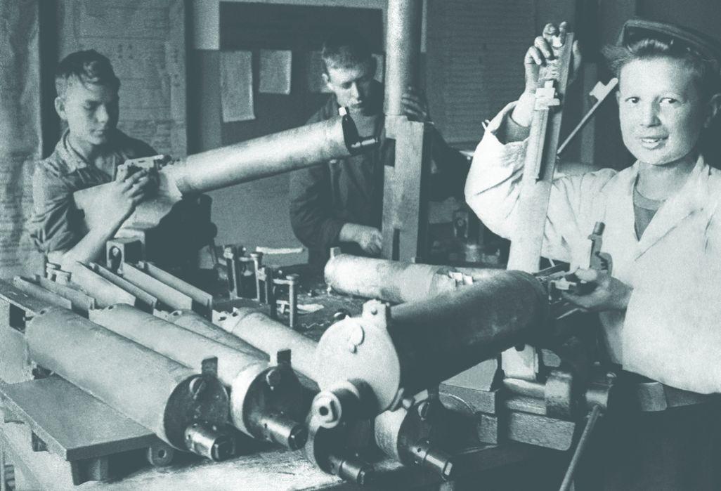 Школьники за сборкой пулеметов «Максим» на заводе № 810 в блокадном Ленинграде