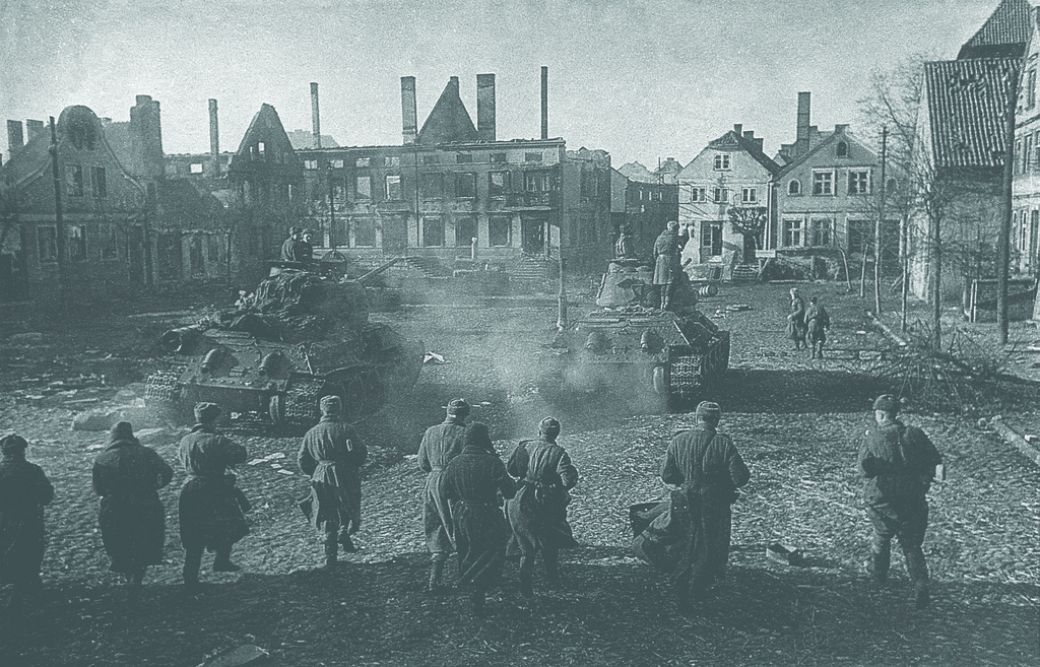 Бойцы 114-го отдельного гвардейского ордена Красной Звезды сапёрного батальона следуют за танками 183-й Таннбергской орденов Суворова и Кутузова танковой бригады на окраине населённого пункта Фрауэнбург. 2-й Белорусский фронт, 9 февраля 1945 года.