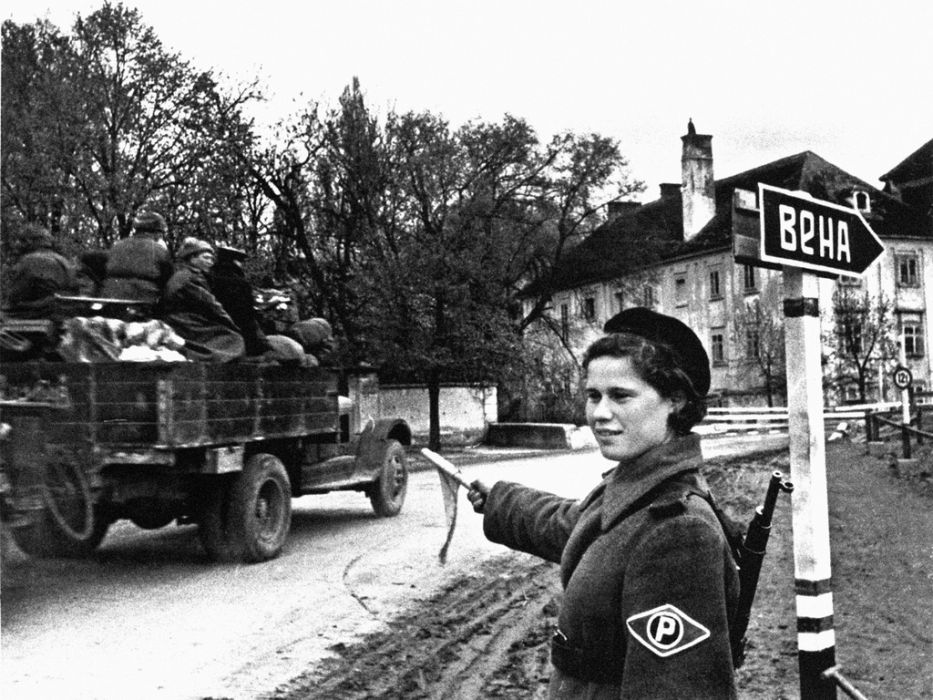 Советская регулировщица Н. Клименко в предместьях Вены