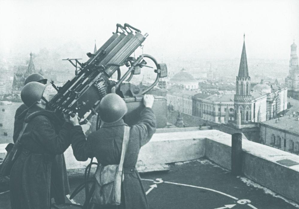 """Советские зенитчики на крыше гостиницы """"Москва"""", октябрь 1941 года"""