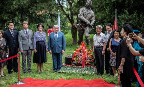 В Пекине прошла церемония возложения цветов к памятнику советским летчикам